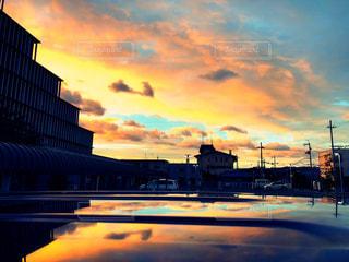 空,建物,屋外,太陽,雲,夕焼け,夕暮れ,夕方,光,クラウド