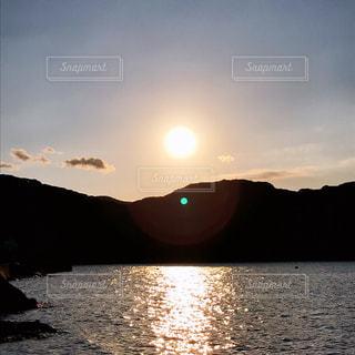 自然,風景,海,空,屋外,太陽,雲,夕焼け,夕暮れ,夕方,山,反射,オレンジ,日没,光,キラキラ,シンプル,イメージ