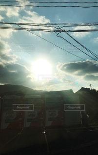 空,屋外,太陽,朝日,雲,青,日常,自販機,光,電線,逆光,天気,黄,後光,自動販売機,射し込む光