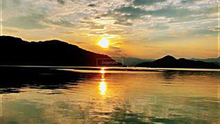 自然,風景,海,空,夕日,屋外,太陽,雲,夕暮れ,夕方,山,景色,反射,オレンジ,日没,光,夕陽,サンセット