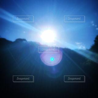 自然,空,屋外,太陽,朝日,晴れ,青空,晴天,山,光,キラキラ,朝陽,明るい,快晴,パワー,強い光