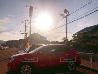 風景,空,屋外,太陽,赤,車,景色,光,明るい,車両,赤い車,くるま