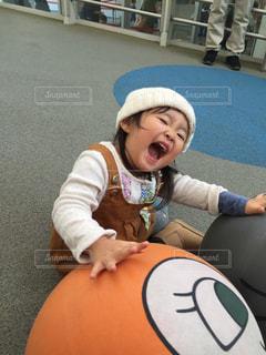 ボールを持っている小さな女の子の写真・画像素材[2920935]