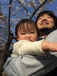 赤ん坊を抱いている人の写真・画像素材[2920938]