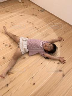 木の床に横たわるコの写真・画像素材[2921894]