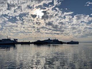 空,屋外,太陽,雲,船,水面,反射,光,クロアチア,港町,日中