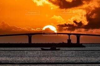 水域に沈む夕日の写真・画像素材[2860520]