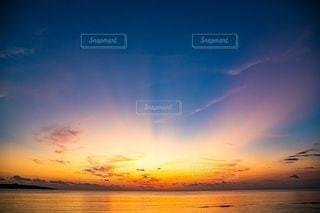 水域に沈む夕日の写真・画像素材[2860534]