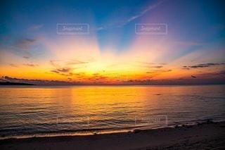水域に沈む夕日の写真・画像素材[2860535]