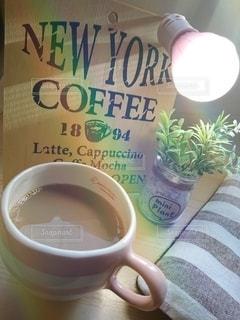 テーブルの上でコーヒーを一杯の写真・画像素材[2913928]