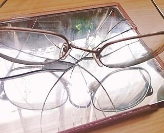 ひび割れた鏡に映るメガネの写真・画像素材[3683686]