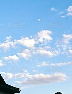 青空に月の写真・画像素材[4887529]