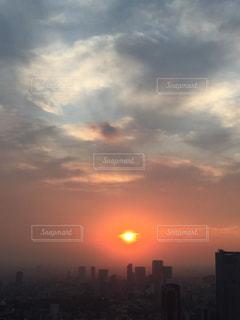 風景,空,屋外,太陽,雲,夕焼け,夕暮れ,光,美しい,都会,高層ビル,夕陽,オレンジ色,グラデーション,朦朧,水彩画,天使雲,アートな夕暮れ