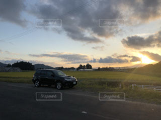 空,夕日,屋外,太陽,雲,車,道路,光,道,車両