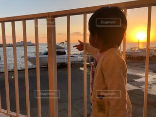 子ども,1人,風景,海,空,屋外,太陽,夕焼け,船,海岸,光,朝焼け,人,少年,サンセット