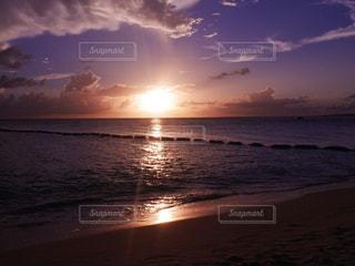 水域に沈む夕日の写真・画像素材[2863148]