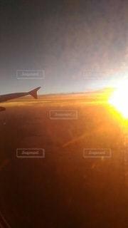 背景に黄色い夕焼けの写真・画像素材[2865061]