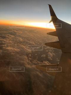 自然,風景,空,太陽,雲,夕焼け,夕暮れ,飛行機,飛ぶ,光,夕陽,フライト