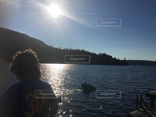 男性,子ども,風景,空,湖,太陽,ボート,水面,山,光,人