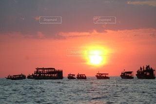 風景,空,夕日,湖,海外,太陽,夕焼け,夕暮れ,船,水面,光,旅行,カンボジア,海外旅行,トンレサップ湖,Travel