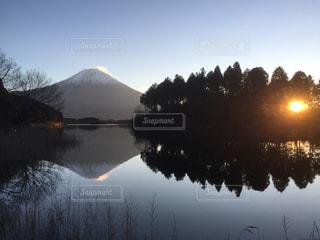 富士山 田貫湖から登る朝日の写真・画像素材[2883620]
