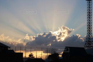空,夏,夕日,太陽,雲,鉄塔,光,フェンス,住宅街,夕陽,街中,光線