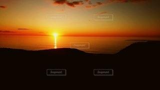 女性,男性,恋人,友だち,2人,自然,風景,空,絶景,屋外,太陽,雲,夕焼け,夕暮れ,水面,飛ぶ,光,地平線,クラウド