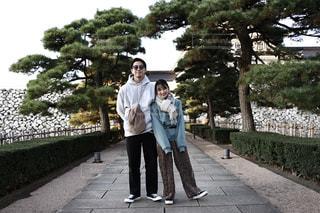 夫婦のお散歩コーデの写真・画像素材[2867537]
