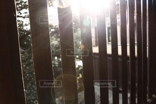神社の中からの夕日の写真・画像素材[2867897]