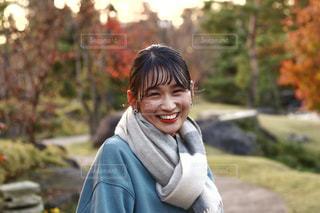 カメラに向かって微笑む人の写真・画像素材[2911032]