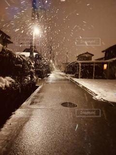 吹雪の中の帰り道の写真・画像素材[2953686]