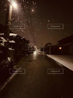 雪の夜道の写真・画像素材[2953689]