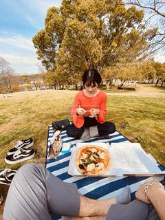 ピクニックでピザを食べるの写真・画像素材[3053396]