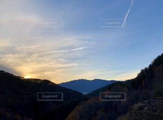 風景,空,夕日,太陽,虹,山,光,丘,ひこうき雲,11月,山腹