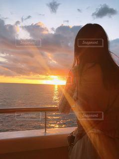 女性,海,空,太陽,雲,夕暮れ,船,光