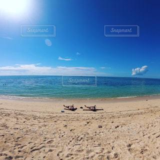 男性,友だち,2人,自然,風景,海,空,屋外,太陽,砂,ビーチ,雲,晴れ,砂浜,日焼け,水面,海岸,光,背景,快晴,親友,クラウド