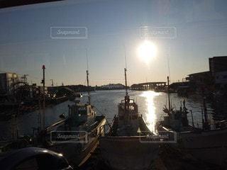 空,太陽,ボート,夕焼け,夕暮れ,船,水面,光,港