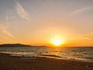 海に隣接するビーチに沈む夕日の写真・画像素材[2874650]
