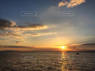 船と夕日の写真・画像素材[2874874]
