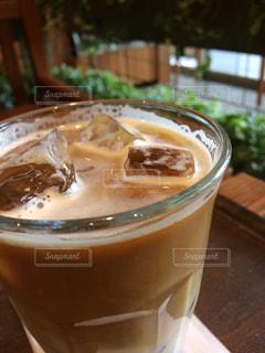 テーブルの上のコーヒー1杯の写真・画像素材[2894026]