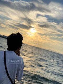 男性,1人,海,空,太陽,ビーチ,夕焼け,光,夕景