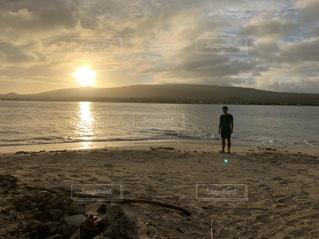 男性,1人,自然,風景,海,空,屋外,太陽,砂,ビーチ,雲,砂浜,波,水面,海岸,光,人,夕陽,サモア,ナムア島