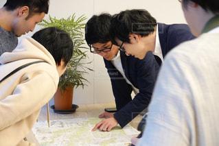 地図を見ながら熱心に打ち合わせるビジネスマンの写真・画像素材[2880370]