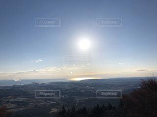 海,空,屋外,太陽,晴れ,青空,山,光,日の出,明るい,快晴,眺め,希望,兆し,午前,くっきり,沿岸,見通し,工業地域