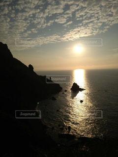 恋人,自然,風景,海,空,屋外,太陽,ビーチ,雲,青,夕暮れ,黄色,水面,オレンジ,光,岩,浜辺,空気,金色,流れる雲,御光