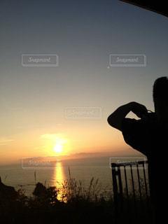 男性,風景,海,空,カメラ,屋外,太陽,ビーチ,夕暮れ,水面,光,人,浜辺,夕陽