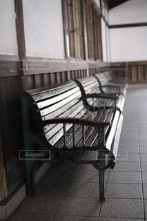 金属製のベンチのある建物の写真・画像素材[2899042]