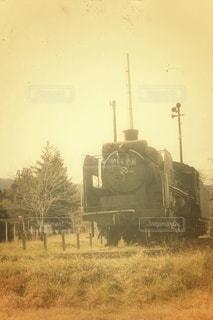 野原近くの列車の線路を走行する列車の写真・画像素材[2914472]