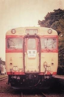 鉄骨の線路上の列車の写真・画像素材[2914486]