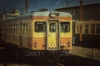 鉄骨の線路上の列車の写真・画像素材[2915228]